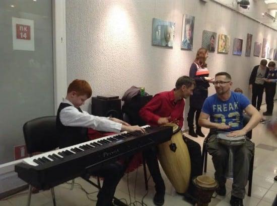 Музыкальная импровизация. За синтезатором  Данил Жомов, справа от него композитор Александр Улаев