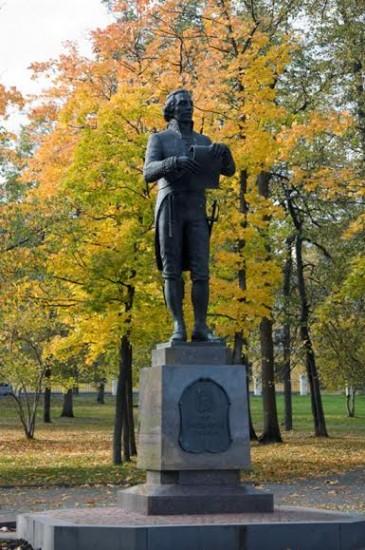 Памятник Державину в Губернаторском саду Петрозаводска, установленный в 2003 году. С возложения студентами  цветов к памятнику  традиционно начинаются Державинские чтения