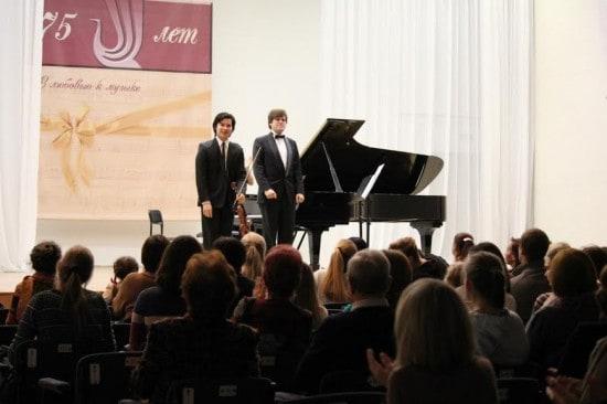 Айлен Притчин и Андрей Ярошинский на сцене Большого зала Карельской филармонии