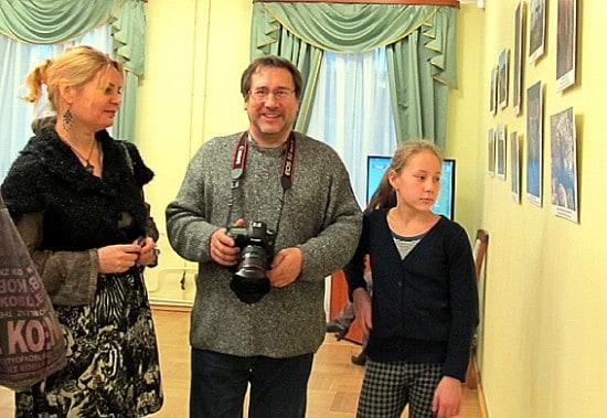 Известный карельский фотомастер, один из авторов выставочных работ Игорь Георгиевский  пришел на выставку с женой и дочерью