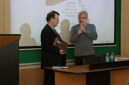 Перед началом открытой лекции Евгения Водолазикна приветствовал проректор ПетрГУ Константин Тарасов