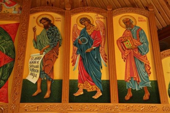 Фрагмент изображения верхнего ряда иконостаса церкви Зосимы, Савватия и Германа Соловецких.  Апостолы. 2005-2006