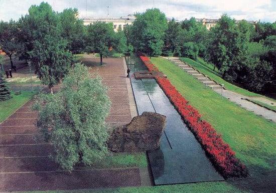 Панорама мемориала «Вечный огонь», который так органично вписался в старую площадь