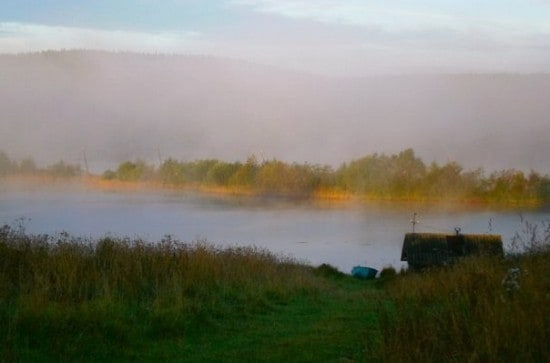 Туманным утром на берегу Путкозеро, на котором стоит Фоймогуба
