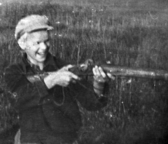 Деревенский друг Сергушка Румянцев с шомполкой деда Васи