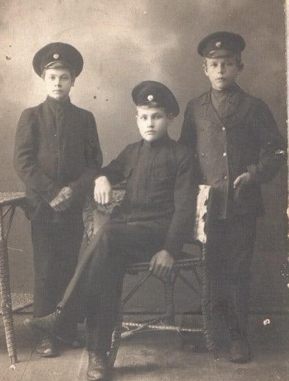 В середине парень из деревни  Лесы Иван Яковлевич Румянцев