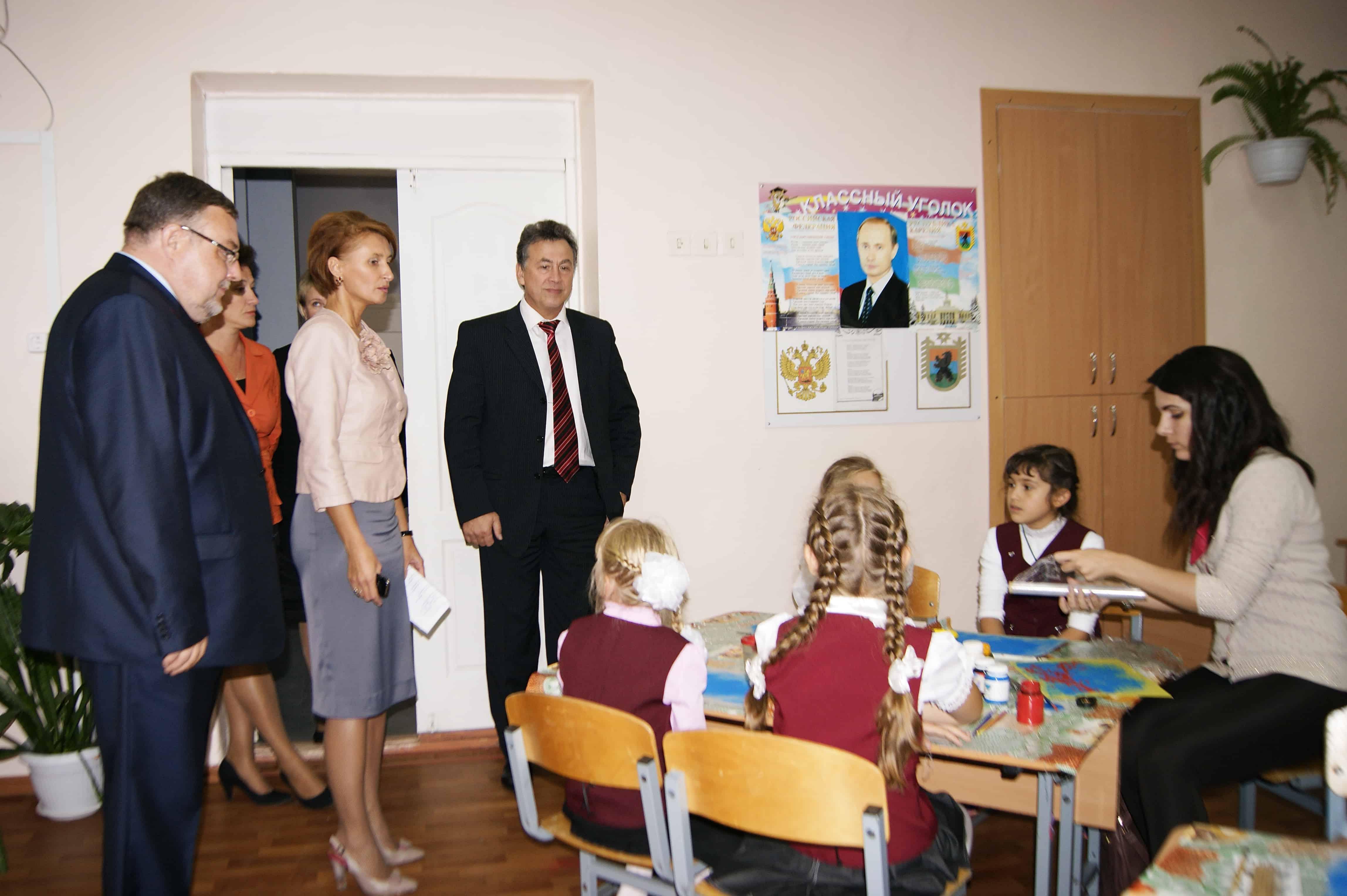 Вениамин Каганов (в центре) на уроке в Специализированной школе искусств Респeбликb Карелия