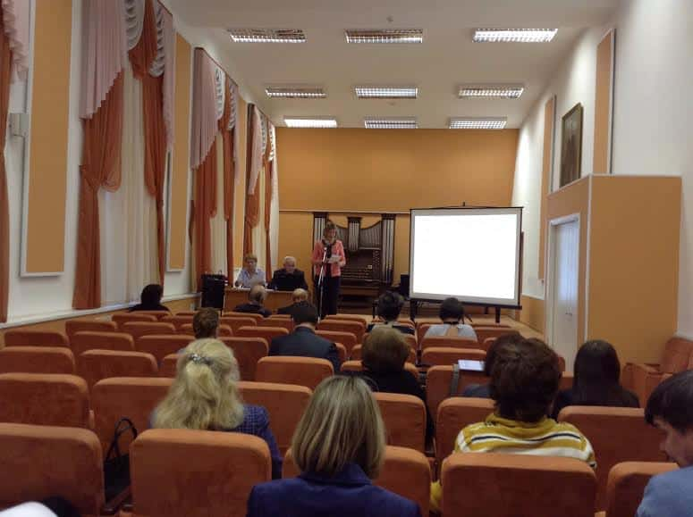 На заседании ученого совета Петрозаводской государственной консерватории выступает доцент Татьяна Екименко