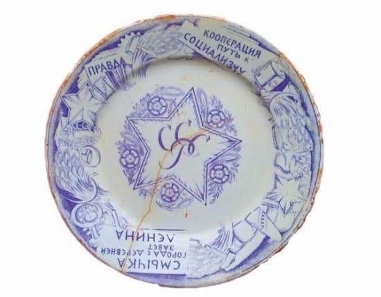 Экспонат музея сельского быта: образец советского модерна – тарелка