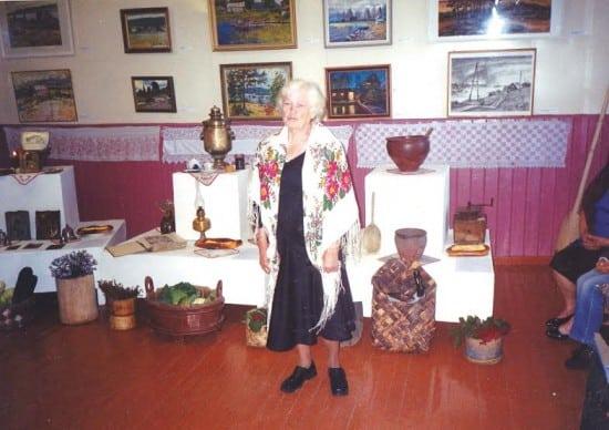 Праздник урожая в картинной галерее. Выступает старейшая жительница деревни А.А. Мачатова
