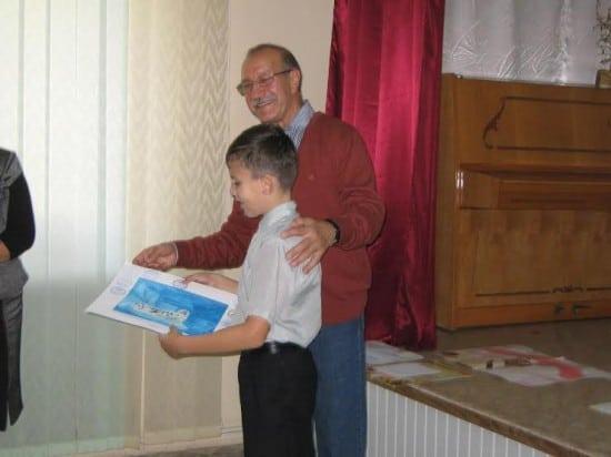 Вручение рисунков, вернувшихся из Арктики, юным авторам