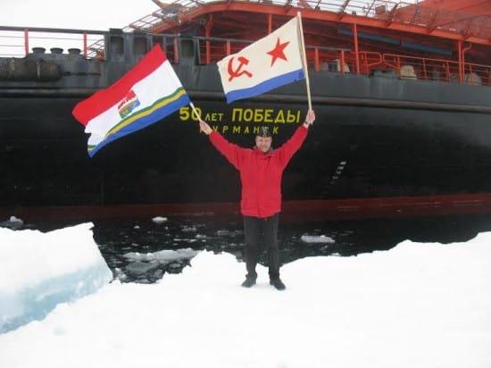 Владимир Алексеев с флагами ВМФ и Балаклавы на Северном полюсе