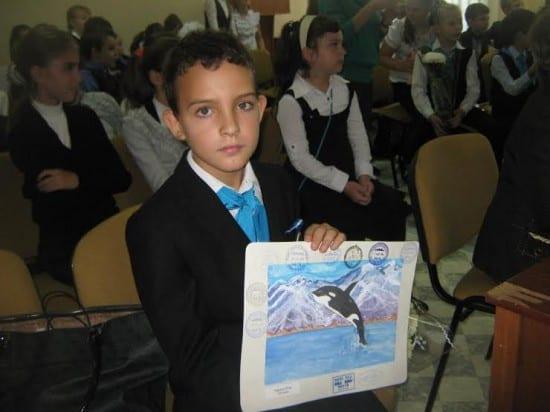 """Ученик 4 """"А"""" класса Илья Черенков с рисунком """"Кит-касатка"""""""