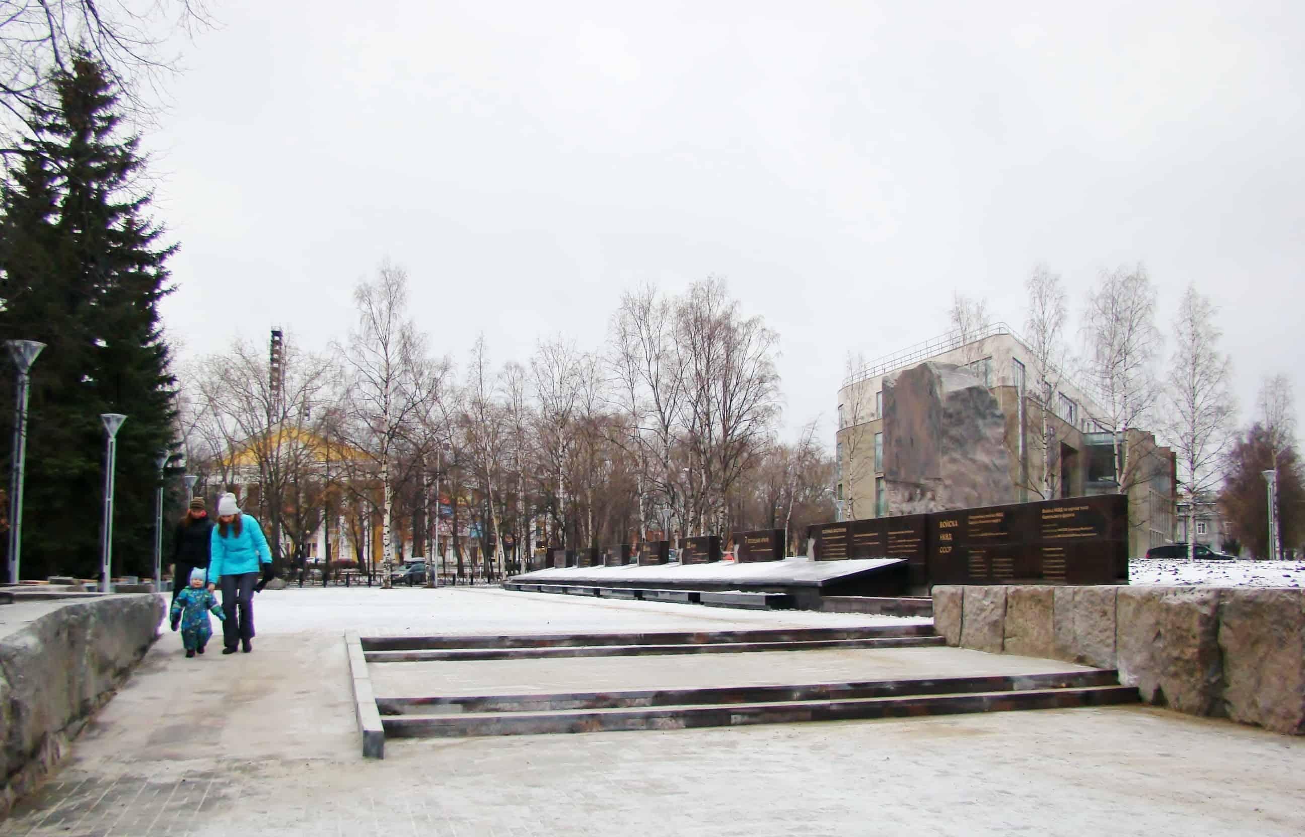 Даже самые маленькие горожане уже оценили мощёную площадку перед мемориалом, скамейки и удобный пандус. Всё продумано!