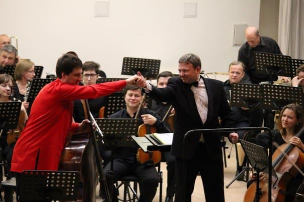 Контрабасист Григорий Кротенко и главный дирижер симфонического оркестра Карельской филармонии Анатолий Рыбалко