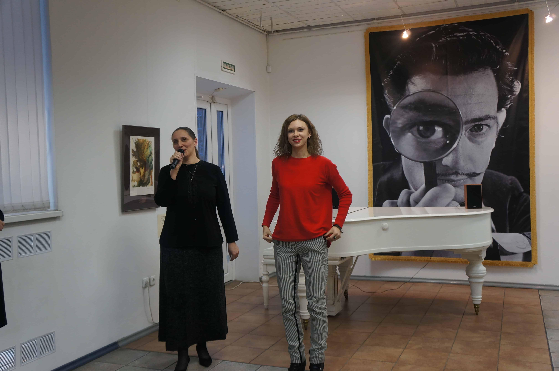 Выставку открывают директор ГВЗ Мария Юфа и искусствовед Ирина Костерина (справа)