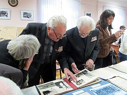 Ветераны войны знакомятся с выставкой в Национальном архиве, посвященной 70-летию освобождения Карелии