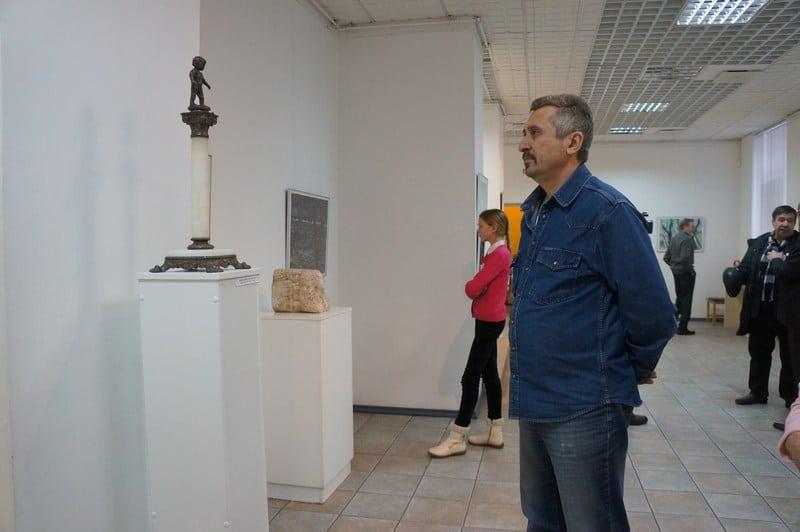 Презентации выставок всегда посещает главный архитектор Петрозаводска Евгений Фролов