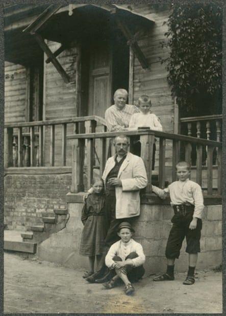 Оскар Карлович Майер с женой Ольгой Николаевной и детьми в Совкино под Ельней.