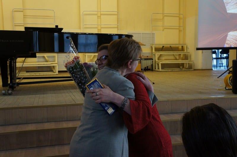 Анастасию Сало поздравляет ее педагог Наталья Баронова