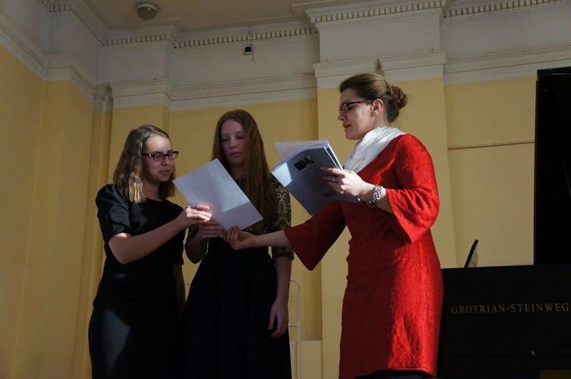Благодарственные письма от Союза композиторов получают исполнительницы Анастасия Беляева и Анастасия Яковлева
