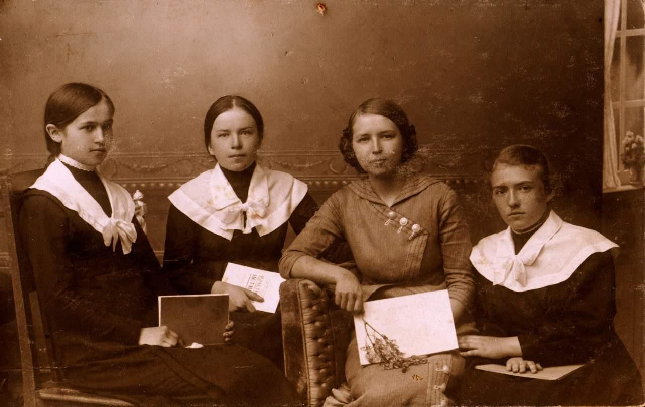 Елена Цур-Милен гимназистка (крайняя справа) из архива Л.Троицкого