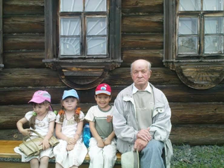 Р.П. Лонин с детьми. 2009 год
