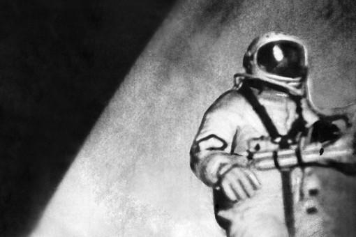 Алексей Леонов в открытом космосе. Фото ТАСС