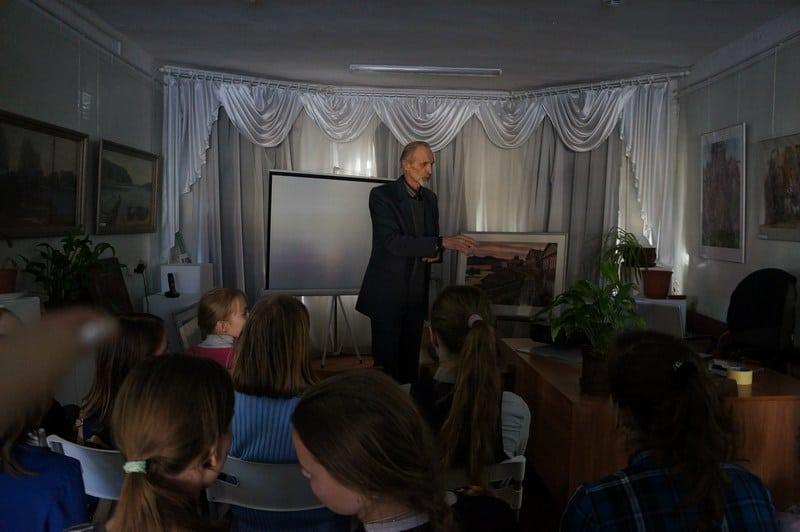 О своем творческом пути ребятам рассказал народный художник Карелии Валентин Чекмасов