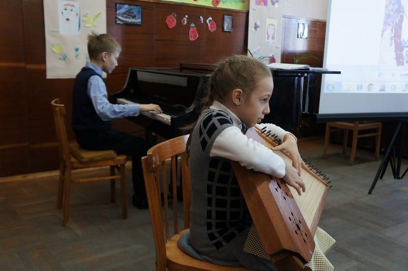 Играют юный композитор Александр Антипин и Дарья Серапионова