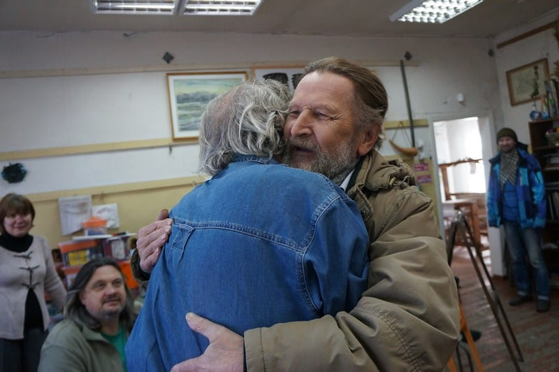 Радостная встреча в ДХШ коллег по цеху – Аркадия Морозова и бывшего директора Олонецкой художественной школы Виктора Леонтьева