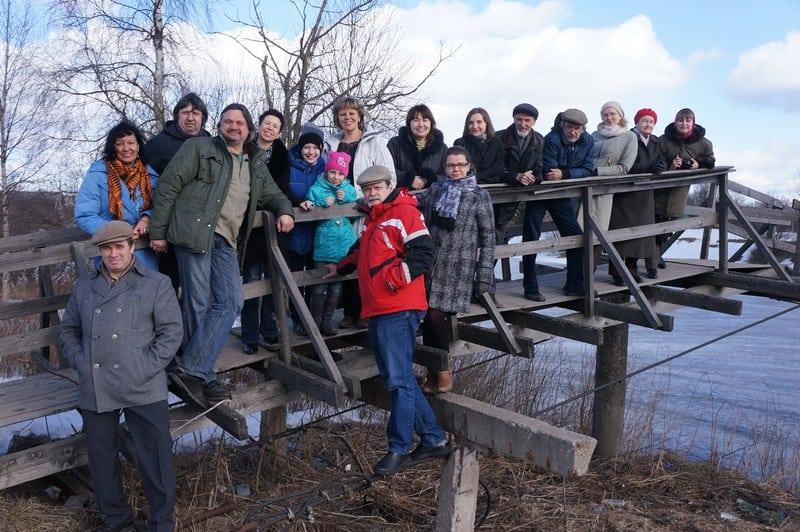 Сфотографировались на память всей группой на висячем олонецком мосту
