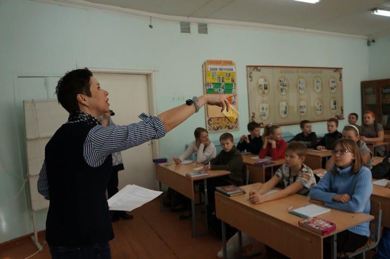 Детский поэт Елена Харламова ведет мастер-класс по сочинению стихов. Судя по началу, было очень интересно. Жаль, что пришлось идти в другую школу.  Ее мастер-класс покидать не хотелось