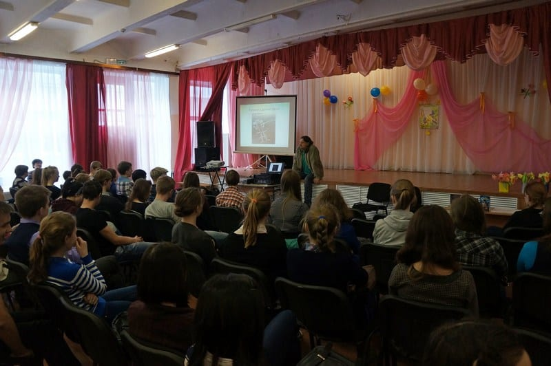 В это же самое время на пятом уроке в актовом зале школы №2 собрались старшеклассники на творческую встречу с писателем-фантастом Владимиром Софиенко