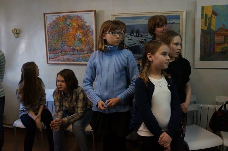 После обеда в ДХШ стали приходить любители живописи. К этому времени художники уже оформили выставку живописи. На открытие пришли  ученики ДХШ