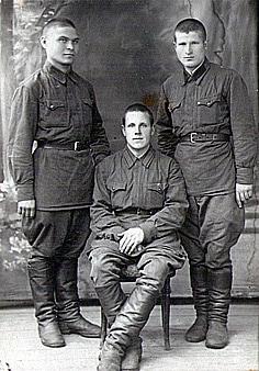 Вячеслав Вячеславович Бельтюков, участник Великой Отечественной войны. На фотографии в центре