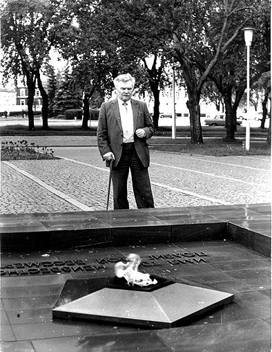 Д.Я. Гусаров у Вечного огня. 1990-е годы