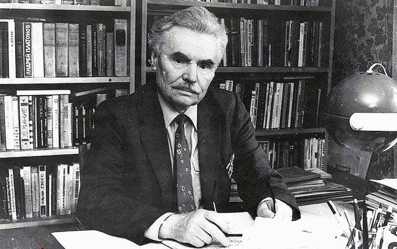 Д.Я. Гусаров в своем кабинете. 1980-е годы