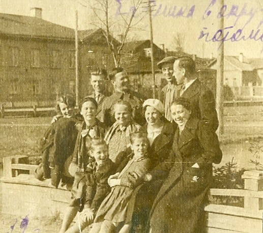 17 мая 1939  года - день рождения  тети Поли.  Снимок сделан в садике на углу ул. Куйбышева  и Титова (Малой Подгорной). Я и сегодня там часто бываю. И всегда здороваюсь с  березой, моей ровесницей   Она выше всех. И мне кажется, помнит меня девчонкой.