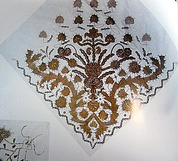Русский платок из миткаля с золотым шитьем