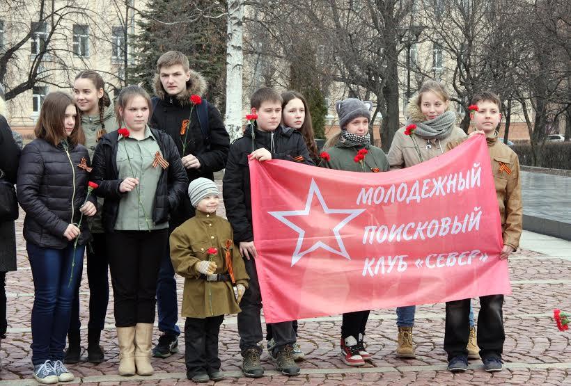 Поисковый отряд у Вечного огня в Петрозаводске