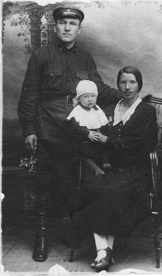 Родители с первенцем Александром в 1931 году