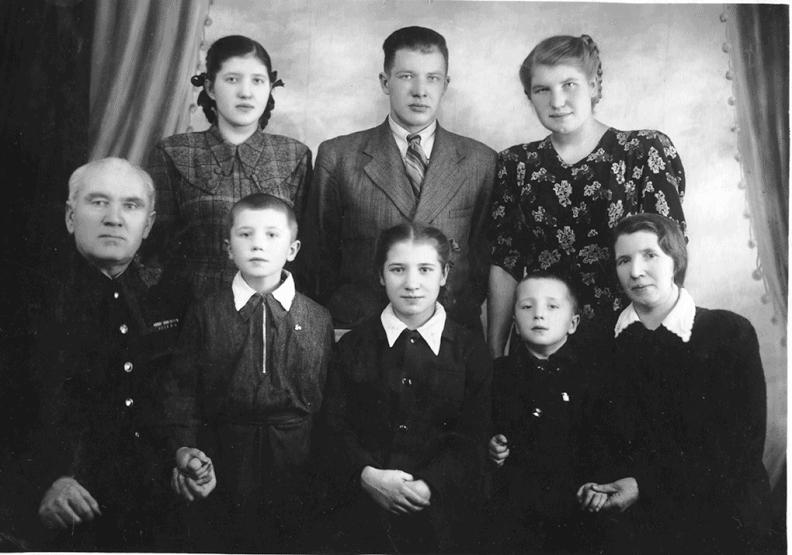 Вся семья после войны в 1953 году