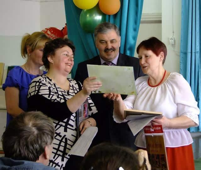 Награждение участника конференции Т. Кондратьевой. Слева В. Сукотова, в центре министр А. Манин Ирины Лободановой