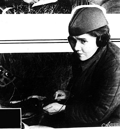 Радистка О.Н. Фингерус за работой. Автор, место и дата  съемки не установлены