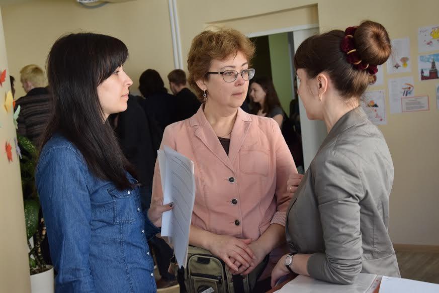 Екатерина Куприянова, заместитель директора по учебно-воспитательной работе школы № 332 Невского района Петербурга (в центре)