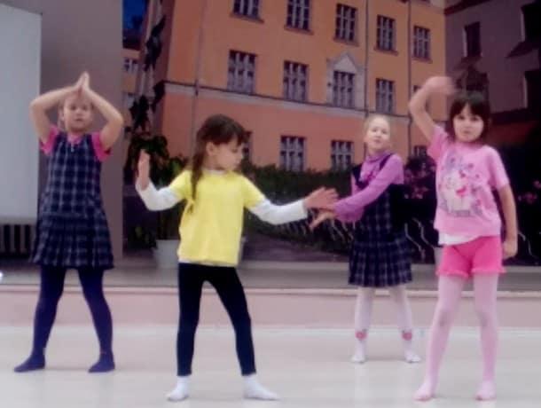 Занятие-импровизация в танцевальной студии (видео)