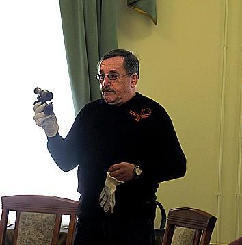 Научный сотрудник отдела фондов Национального музея Алексей Терешкин представляет один из экспонатов