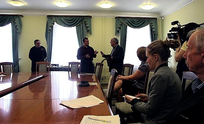 Житель Питкяранты А. Аксентьев передает представителям музея новую находку военных лет