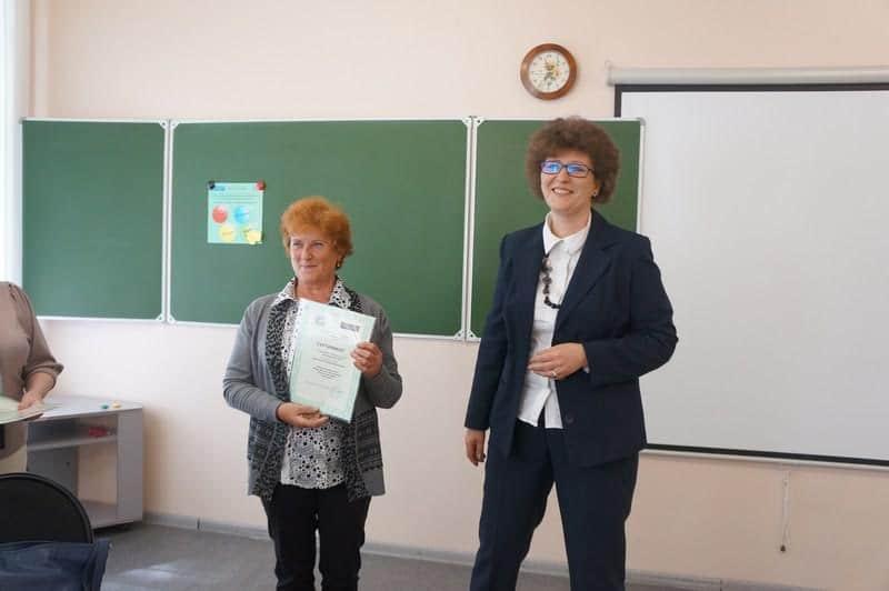 Ольга Соколова вручает сертификат Татьяне Каньшиевой из Беломорска